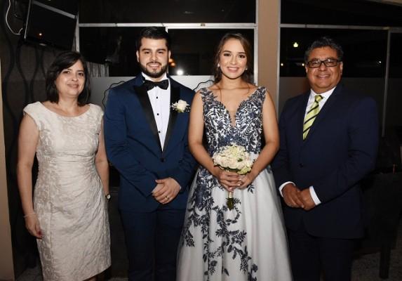 Karla de Valencia, Román Arturo Tabora López, Nicole Alejandra Castro González y el pastor que ofició la ceremonia de enlace, Mario Valencia
