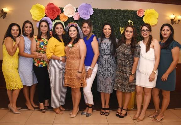 La futura señora de Aguilar, Eva Priscila Camacho Varela con las oferentes de su bridal shower.