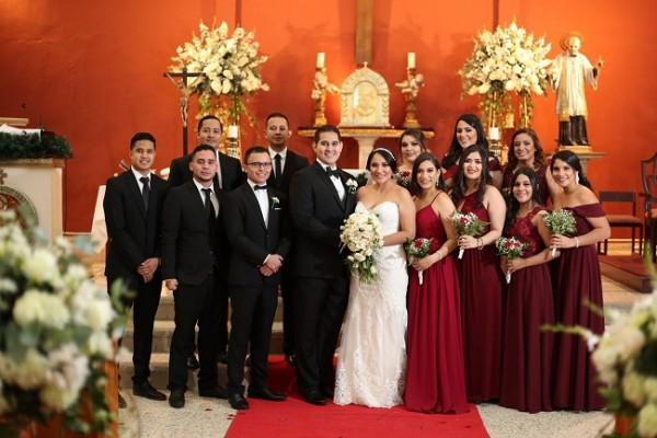 Los novios con su cortejo de bodas en una imagen inolvidable