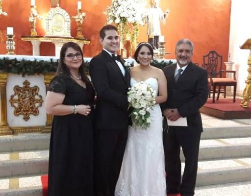 Los novios junto a sus padrinos de boda, Juan José y Maryzol Cárdenas de Alvarado