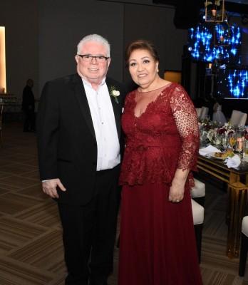 Los padres de la novia, René y Sandra de Torres