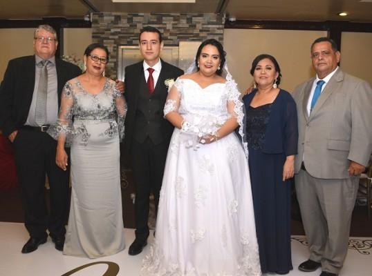 Los padres del novio, Elisandro y Ana Alvarado, Eli Francisco Alvarado, Vilma Mencía Andino y sus padres, Vilma y Guillermo Mencía