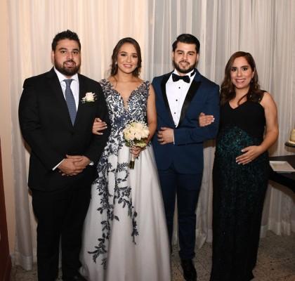 Los recién casados junto a sus padrinos de boda, José Luis y Vanessa Vallecillo.