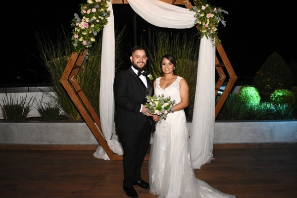 Luego de 12 meses de compromiso matrimonial, Nelson Valladares y Andrea Sabillón, sellaron sus destinos en una velada nupcial maravillosa.