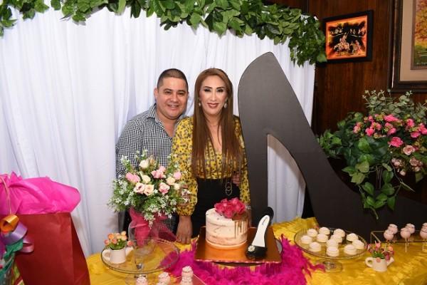 Luis Morales junto a su guapísima esposa y cumpleañera, Dina Toditos de Morales