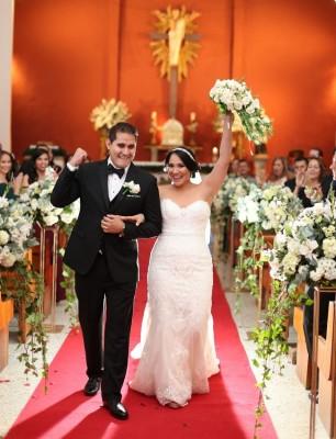 Mariela Aguilar y Bryan Ortega al instante de egresar de la Iglesia María Reina del Mundo, luego de ser declarados esposos.