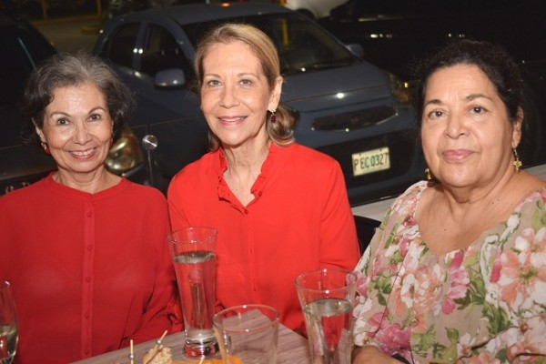 Melanie Fasquelle, Estela Bueso y Sandra Fasquelle.