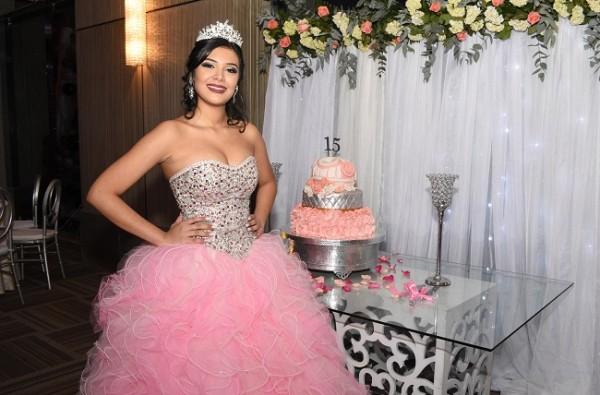 Minelly Abril Medina Andino compartió con sus selectos invitados su pastel de quinceañera y el refinado candy bar elaborado por Treats Boutique.