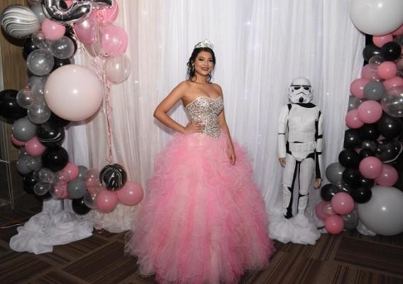La encantadora Minelly Abril Medina Andino protagonizando su estupenda celebración de 15 años