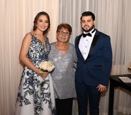 Nicole Alejandra Castro González junto a su abuelita, Estela Solano y Román Arturo Tabora López