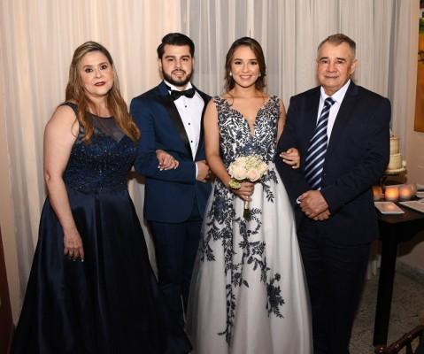 Nicole Alejandra Castro González y el novio con sus padres, María Argentina López Dubón y Ernesto Alexis Tábora.