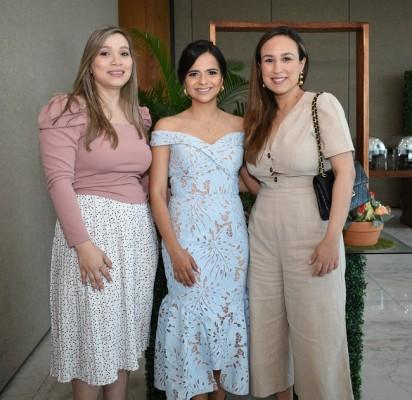 Olga de Echeverri, Caroll Perelló y Adriana de Echeverri