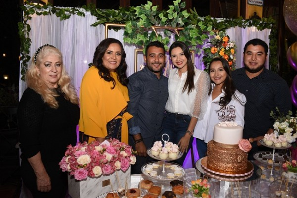 Pilar Cole, Melania de Palada, Roland Talbott, Karla y Nicole Lara con Josué Castillo