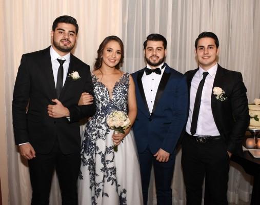 Román Arturo Tabora López y la novia con los hermanos del novio, Alexis Tábora y Leo Tábora