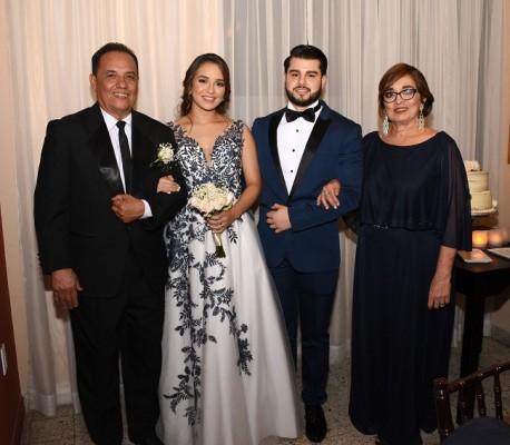 Román Arturo Tabora López y la novia con sus padres, Gustavo Adolfo Castro Flores y Marlyn Xiomara González.