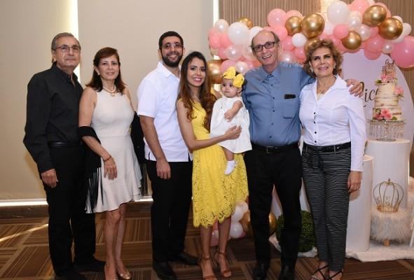 Selim y Vivian Canahuati, Abraham y Nancy Jaar, Jorge y Marcia Canahuati con la pequeña Nancy Nicole.