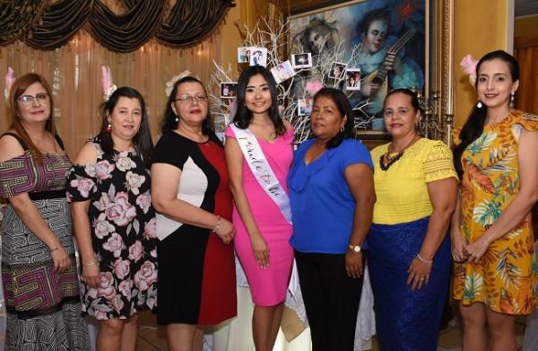 Una bonita imagen de Claudia Tinoco con las oferentes de su especial bridal shower en Restaurante Lupita Mongie.