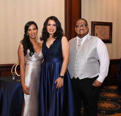 Una fotografía de los hermanos del novio, Maiela Rivera, Marcela Rivera y Camilo Rivera