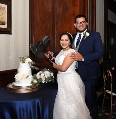 """Como buenos fans de la popular serie """"Game of Thrones"""", Veyra y Miguel, aprovecharon la oportunidad para crear en su negocio uno de los elementos representativos de la serie e incluirlo de manera divertida en su noche de bodas ¡fabuloso!"""