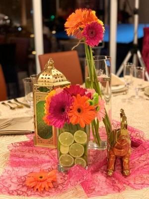 Exóticos detalles con pinceladas en dorado y flores por doquier, conjuntaron el montaje de la despedida de soltera de Laura María