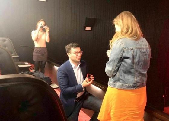 Como todo un caballero, Tural sorprendió a Laura María al pedirle matrimonio en una sala de cine luego de mostrarle una producción suya.