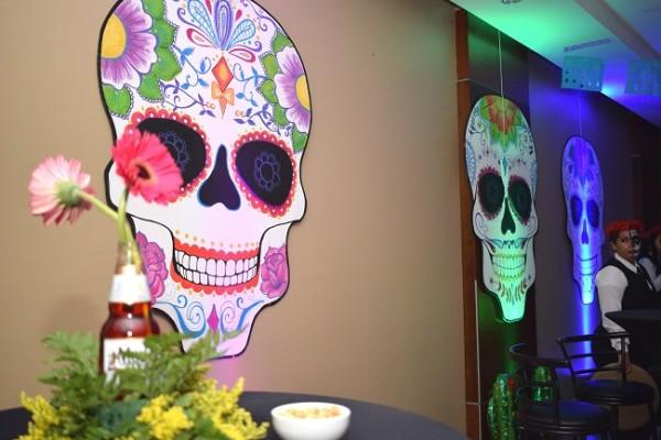 Catrinas, rosas, luces y divertidos detalles de acuerdo a la temática adornaban la estancia para la especial ocasión.