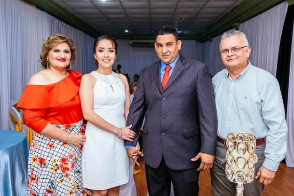 Abrahán Basilio y Victoria Alejandra, acompañados de sus testigos de boda, Roxy Natalie Fuschich y Nilson Danilo Cruz