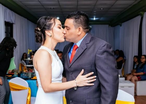 Abrahán y Victoria sellaron su enlace legal con un romántico beso