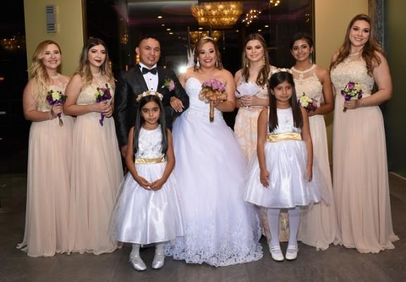 Los novios con las damas y floristas de su cortejo de bodas