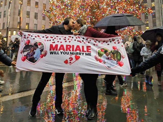 Luego de 1 año y 6 meses de romance, María Alejandra Castellanos y Francel Yamil Santos ¡se comprometieron!...La inolvidable pedida de mano fue en Rockefeller Center de New York…
