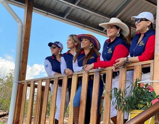 Las chicas de la Asociación Club Hípico Valle de Sula en una imagen muy natural y repleta de luz dedicada a Chicha y Limón