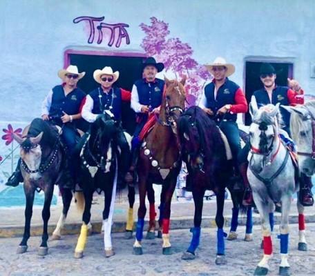 Como buenos jinetes del Club posaron para Chicha y Limón en la antesala del desfile en San Nicolás.