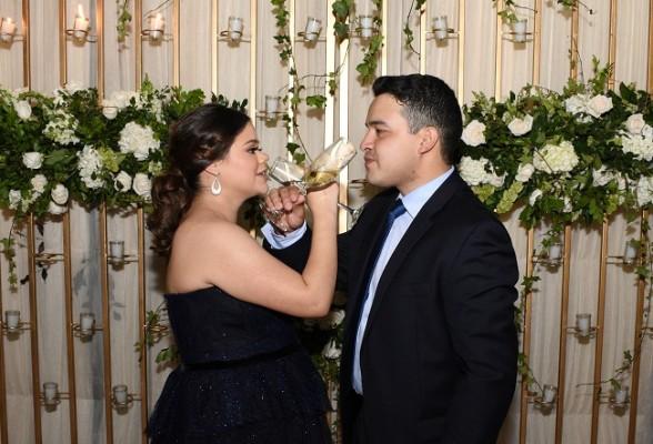 Carlos Alejandro Aguilar Torres y Cristel Mancía Rivera, compartieron el brindis y su gran amor al celebrar su noche de bodas...
