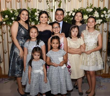 Carlos y Cristel posaron para Farah La Revista en compañía de sus más pequeñas familiares