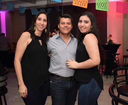 Carolina Canahuati y Olban Ortíz con Ginan Handal.