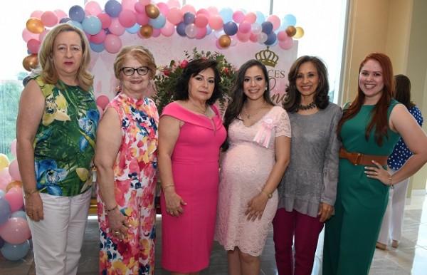 Con las oferentes de su baby shower, Sussy de Lagos, Yolanda de Rápalo, Lucy de García y su hija, Cindy Carolina García de Hernández, Eneyda Martínez y Tania Jaar.