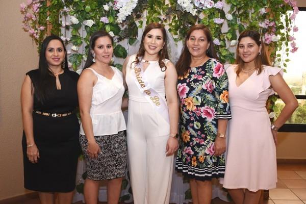 Con las oferentes de su bridal shower, Fanny Tabora, Ana Sabillón, Andrea Gissela Licona Mariona y su madre, Iris Waldina Mariona Cuellar con Emma Mariona.