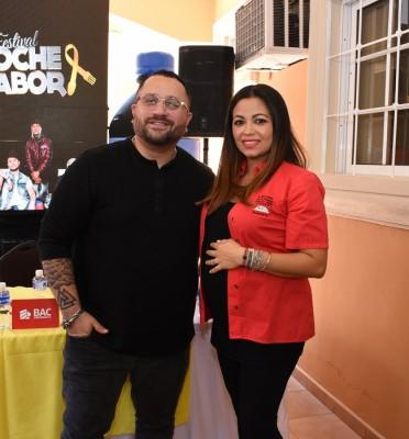 Allan Vallecillo (DJ Allan V) junto a Andrea Quintana de la Fundación Hondureña para el Niño con Cáncer
