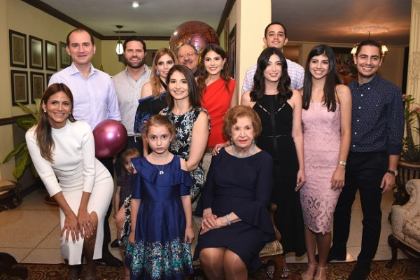 Doña Julieta de Kattán con sus nietas y nietos en una imagen fabulosa para recordar siempre