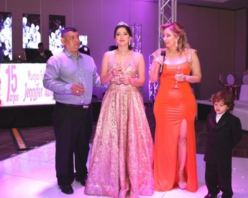 Durante el tradicional brindis, Jennifer Abigail, acompañada de su tío, Marlon Pérez y su querida madre, Denia Pérez