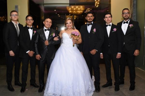 Edwin Josué Ortega y Aisha Ismel Blandón con los caballeros del cortejo de bodas
