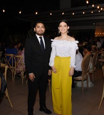 El abogado que ofició la ceremonia civil, Francisco Cáceres, acompañado de Yadira Alcerro