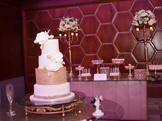 El exquisito pastel de boda fue elaborado por Nadia Canahuati de Signature Cakes