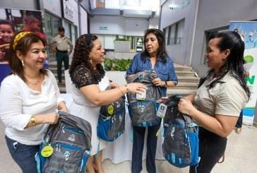 Para que continúen proceso educativo entregan kits de útiles escolares a niños migrantes retornados