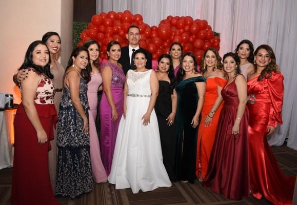 Eva Priscila Camacho Varela y Luis Armando Aguilar Bardales, disfrutaron de una velada nupcial fenomenal acompañados de un querido grupo de amigas.