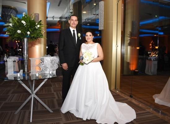 Eva Priscila y Luis Armando brillaron con luz propia en su inolvidable noche de bodas.