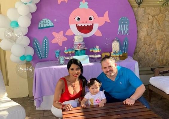 Festejando el primer añito de la pequeña Isabella Victoria muy felices sus padres Manuel Rodríguez y Sarahy Sanchez
