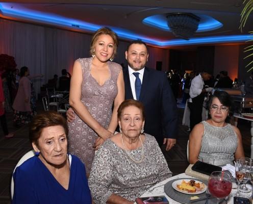 Gracia Aguilar con su esposo, Edgardo Bueso y la madre del novio, Emilia Bardales