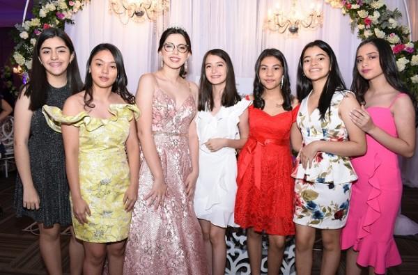 Jennifer Abigail López con sus ex compañeras de clase en la Saint Peter´s Academy