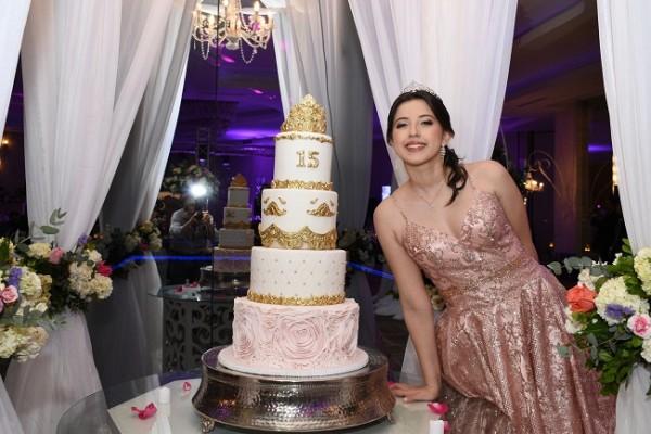 Jennifer Abigail compartió con sus selectos invitados el exquisito pastel de quinceañera que elaboró Hanan´s Bakery